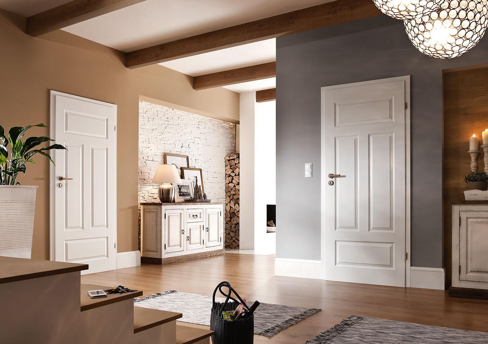 коричневый пол с белой дверью
