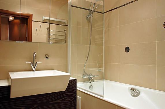 Оптимальным вариантом может стать отделка стен в ванной панелями МДФ.