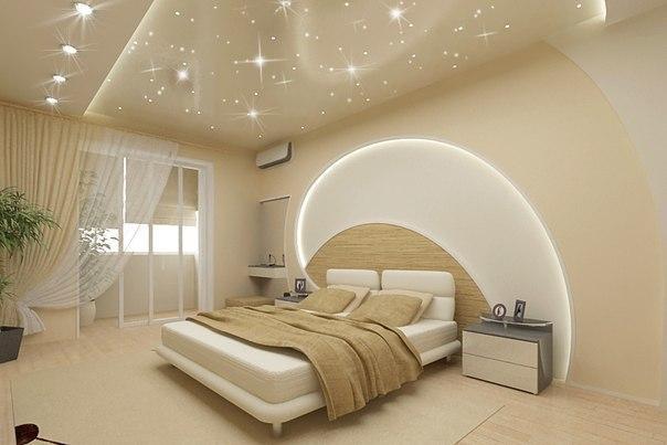Натяжные потолки в Москве, фото оформления спальни в светлом фоне