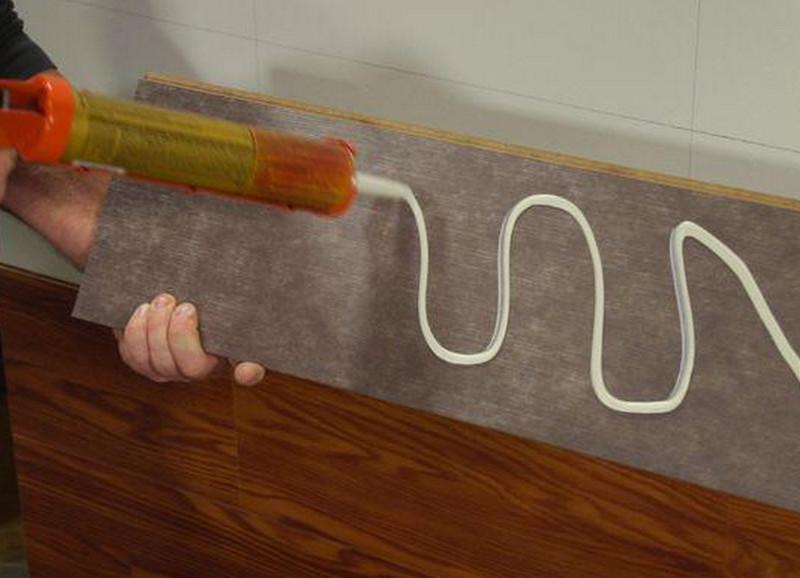Нанесите его на поверхность приложите деталь и прижмите ее с помощью струбцины.