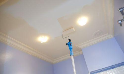 Этапы покраски потолка