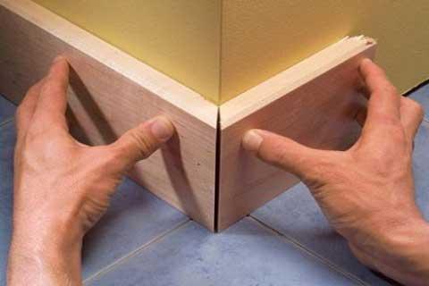 Дизайнерское оформление угла при помощи деревянного плинтуса