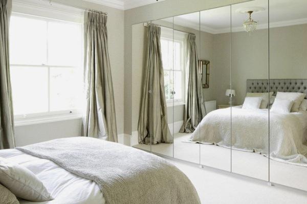 Зеркала и шторы в узкой маленькой спальне